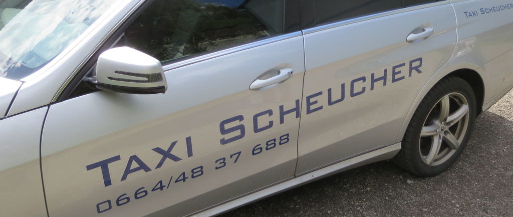 Bild von einem Pkw mit Aufschrift Taxi Scheucher